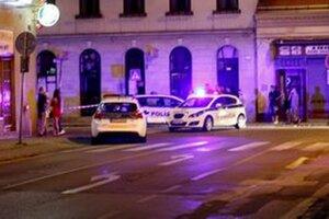 Na Mostnej ulici stoja policajné autá.