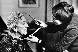 Agatha Christie pri premeriavaní tváre