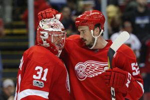 Brankár Jared Coreau a Jonathan Ericsson po zápase NHL.