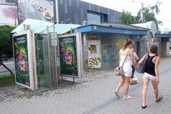 Búdky bez telefónov s aktuálnou reklamou sú aj pri mestskej tržnici.