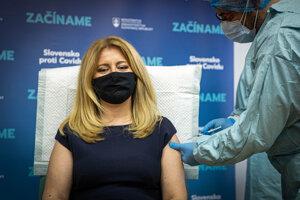 Prezidentka Zuzana Čaputová počas očkovania proti ochoreniu COVID-19 v Univerzitnej nemocnici Bratislava.