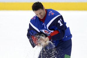 Na snímke radosť kapitána výberu Západ Iľja Kovaľčuka, ktorý strieka šampanské po víťazstve 18 : 16 nad výberom Východu v Zápase hviezd Kontinentálnej hokejovej ligy (KHL) v bratislavskej Slovnaft aréne 11. januára 2014.