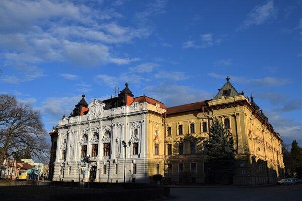 ilustračné foto-Župný dom v Rimavskej Sobote je miestom zasadnutí mestského zastupiteľstva.