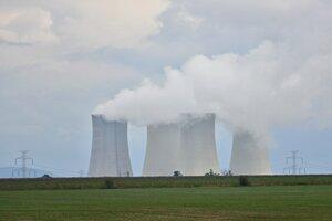 Všetky štyri chladiace veže odstavenej jadrovej elektrárne V1v Jaslovských Bohuniciach.