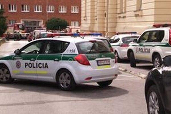 Z nitrianskych súdov evakuovali 230 zamestnancov aj verejnosť.