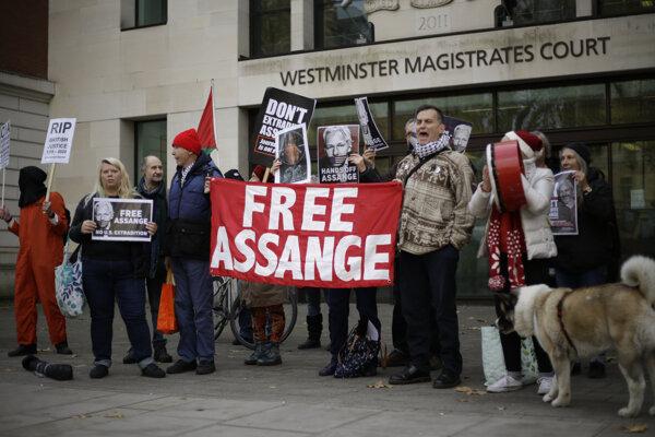 Podporovatelia Assangea protestujú v Londýne. (archívna snímka z 26. novembra)