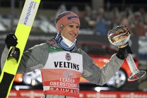 Nemecký skokan na lyžiach Karl Geiger s víťaznou trofejou.