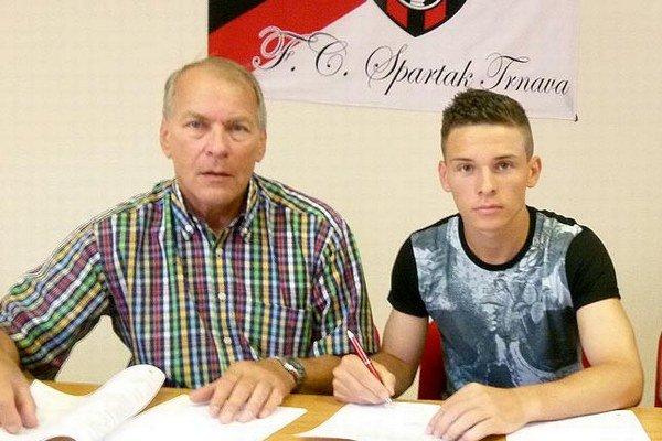 Nikolas Špalek podpísal s Trnavou zmluvu na tri roky. Vľavo generálny manažér Spartaka Dušan Keketi.