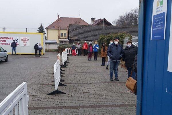 Testovanie na Liptove pred budovou nemocnice v Liptovskom Mikuláši.