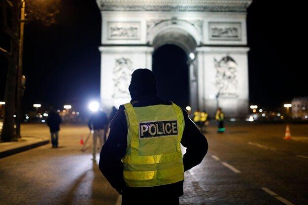 Vo Francúzsku kontrolovali dodržiavanie opatrení desaťtisíce policajtov.