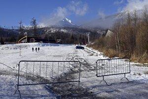 Zatvorené lyžiarske stredisko v Tatranskej Lomnici.