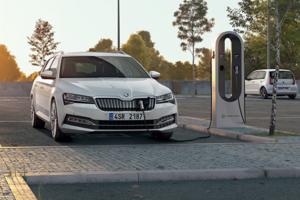 Škoda Superb vo farebnej verzii biela Candy s hybridným plug-in motorom je novým, zatiaľ prenajatým členom vozového parku košickej záchranky.
