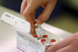 Fľaštičky s vakcínou proti koronavírusu, ktorú vyvinuli vedci z Oxfordskej univerzity v spolupráci s farmaceutickou spoločnosťou AstraZeneca. Británia schválila použitie tejto vakcíny minulý týždeň.
