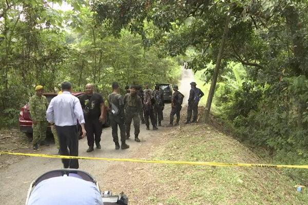Na videosnímke záchranára sa zhromažďujú na mieste nálezu tela tínedžerky v malajzijskom Pantai 13. augusta 2019.