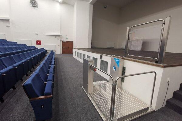 Vynovená spoločenská sála v budove ZUŠ je vybavená aj plošinou pre imobilných na javisku.