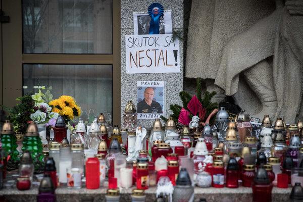 Sviečky pred Prezídiom Policajného zboru na Račianskej ulici v Bratislave na počesť zosnulého bývalého policajného prezidenta Milana Lučanského.