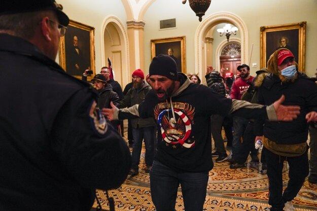 Rozhnevaní stúpenci prezidenta Donalda Trumpa prenikli do budovy Kongresu, kde prebiehala debata o potvrdení výsledkov prezidentských volieb.