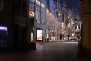 Pandémia vyprázdnila ulice Prahy.