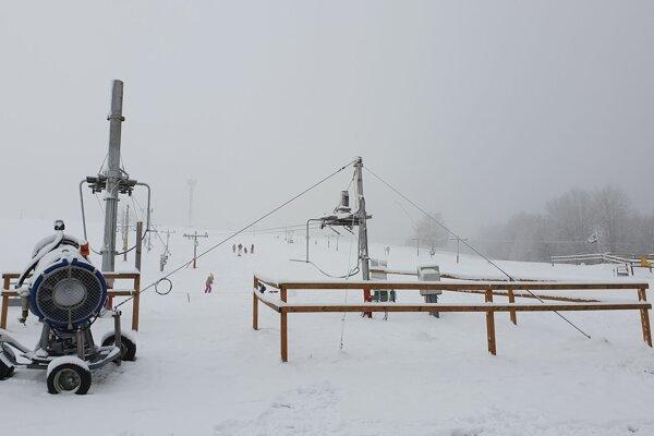 Na snímke vleky, snežné delo a zjazdovka lyžiarskeho strediska Kokava-Línia v okrese Poltár.