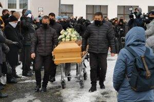 Na Lučanského pohreb prišlo odhadom 500 ľudí. Priamo na obrade  mohli byť tridsiati.