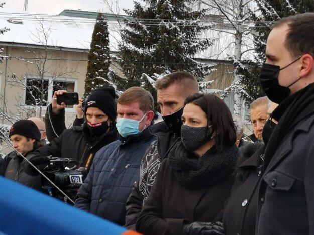 Na pohreb prišiel bývalý minister spravodlivosti a bývalý sudca Štefan Harabin (vzadu).