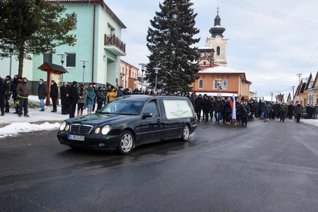 Posledná rozlúčka s bývalým prezidentom Policajného zboru Milanom Lučanským v obci Štrba.