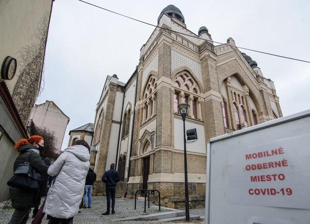 Ľudia čakajú na mobilnom odbernom mieste v priestoroch nitrianskej Synagógy.
