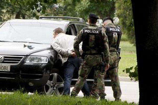 Dušana z Komárna zadržali krátko po lúpeži pri aute na Chrenovej.