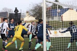 Momentka zo zápasu Chorley FC - Derby County. Na fotografii Connor Hall strieľa prvý gól.