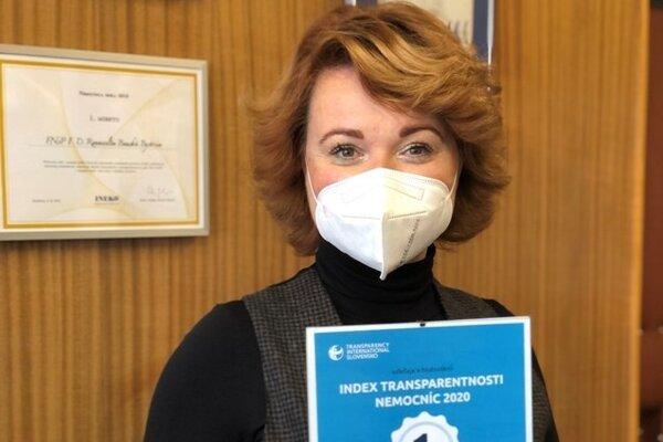 Riaditeľka nemocnice M. Lapuníková s ocenením.