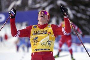 Rus Alexander Bolšunov oslavuje víťazstvo na Tour de Ski 2021.