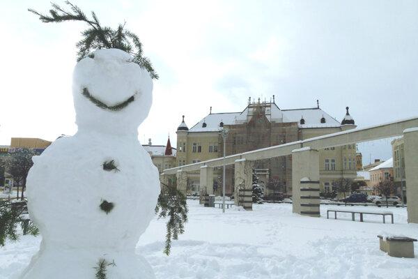 Levické námestie strážil takýto snehuliak, január 2017.