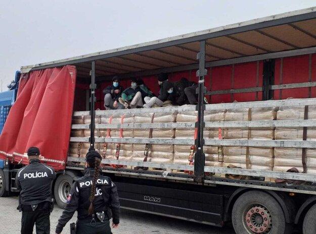 Cudzinci sa ukrývali v kamióne.