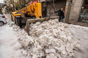 Bager odstraňuje sneh v centre Madridu.