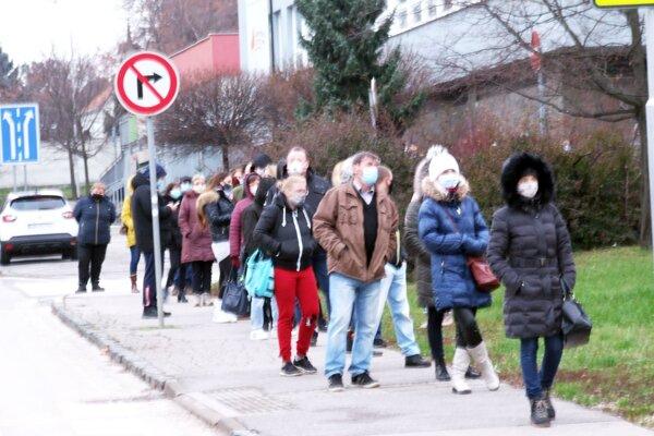 Ľudia čakajúci na testovanie na Coboriho ulici.
