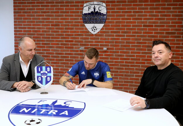 Technický riaditeľ Martin Peško, útočník Erik Jendrišek a zástupca FC Nitra Nik Schwarz pri podpise zmluvy na rok a pol.