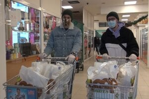 Zdravotníci si objednajú, zamestnanci mesta i dobrovoľníci im nakúpia.