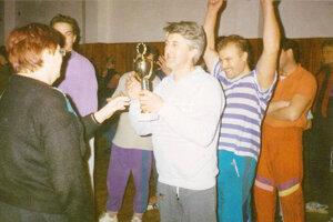 Jozef Zemančík starší preberá trofej pre víťaza prvého ročníka.