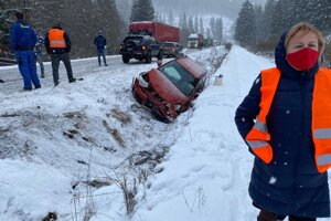 Jedno z áut skončilo po havárii v priekope.