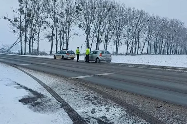Policajti si posvietili na dodržiavanie opatrení.