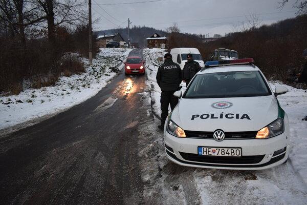 Polícia hliadkuje pred osadou.