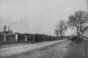 """20. mája 1929 pri Žiline šofér z mäsiarstva-údenárstva """"Kadlec"""", Jozef D., predbiehal pekárskeho učňa Samuela T., ktorý išiel na bicykli. Pri predbiehaní šofér auta dostal šmyk a auto spadlo do priekopy. Nikto sa pri nehode nezranil."""