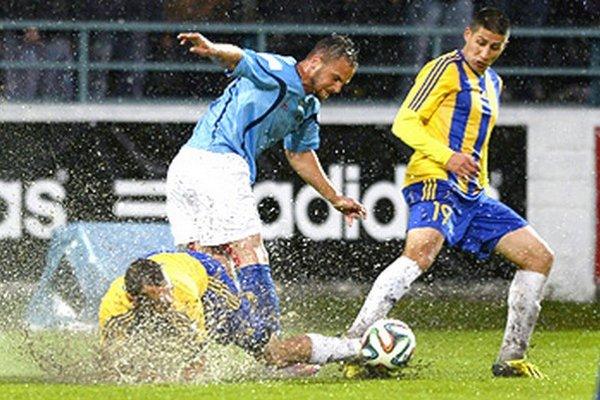 V ťažkých podmienkach sa hlavne bojovalo. V strede Nitran Radoslav Augustín medzi hráčmi DAC-u Gáborom Strakom a Matúšom Turňom.