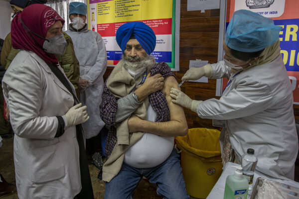 India začala očkovať proti koronavírusu.