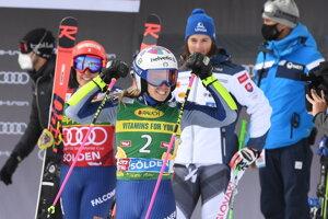 Talianska lyžiarka Marta Bassinová (v popredí) a Slovenka Petra Vlhová (v pozadí).