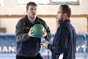 Vpravo nový asistent trénera Andrej Kmeč, vľavo Peter Ordzovenský.