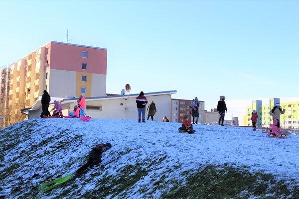 Deti zNových Zámkov si užili prvú tohtoročnú sánkovačku.