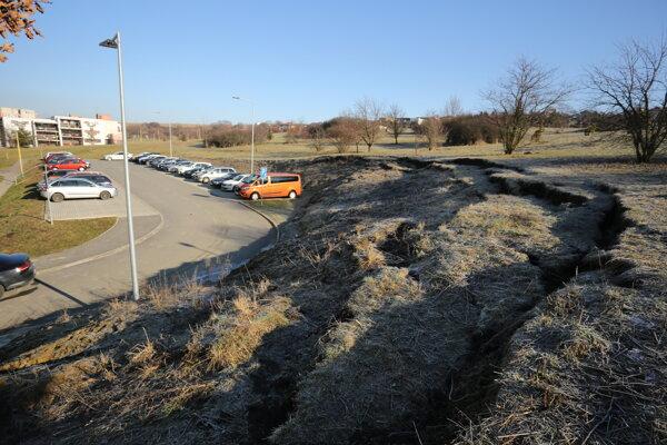 Zosun časti pôdy na sídlisku Sekčov. Obyvatelia sa boja v blízkosti parkovať.