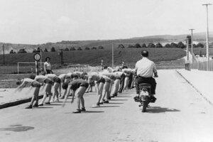 Rozcvička na ceste pri futbalovom ihrisku.