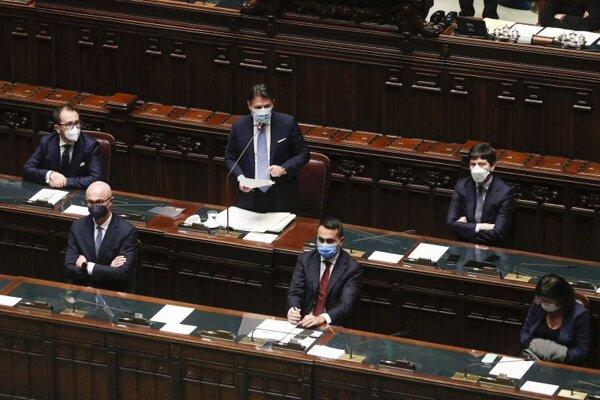 Taliansky premiér Giuseppe Conte má prejav v priebehu rokovania parlamentu.